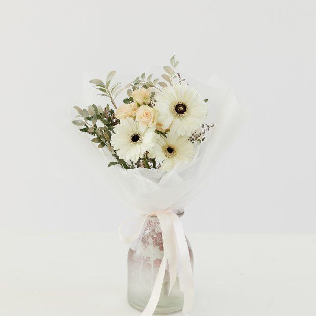 Букет из кустовой розы с герберой